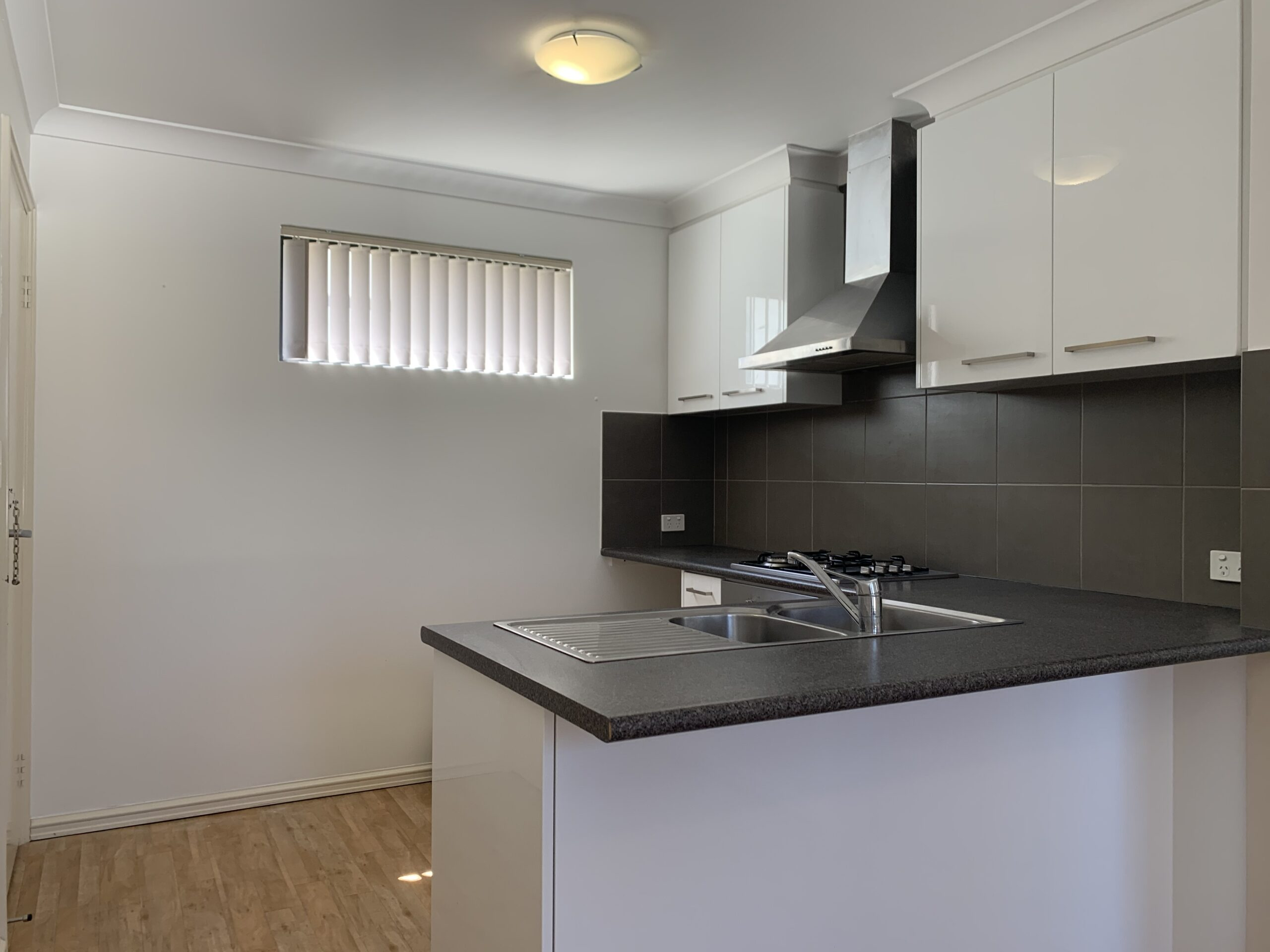 FRESHLY PAINTED STUDIO APARTMENT AVAILABLE NOW!