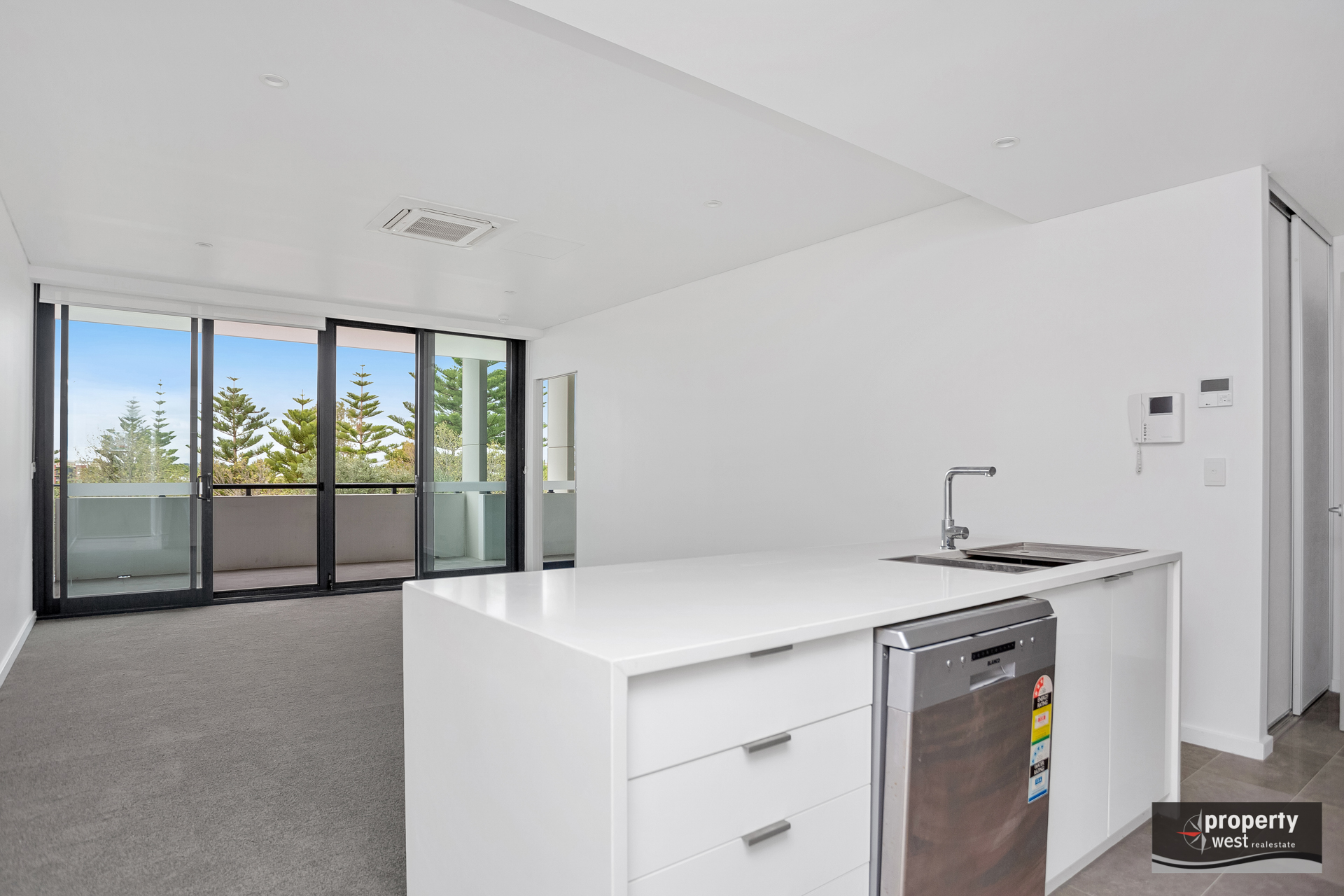 EXECUTIVE RENOVATED APARTMENT AVAILABLE NOW!